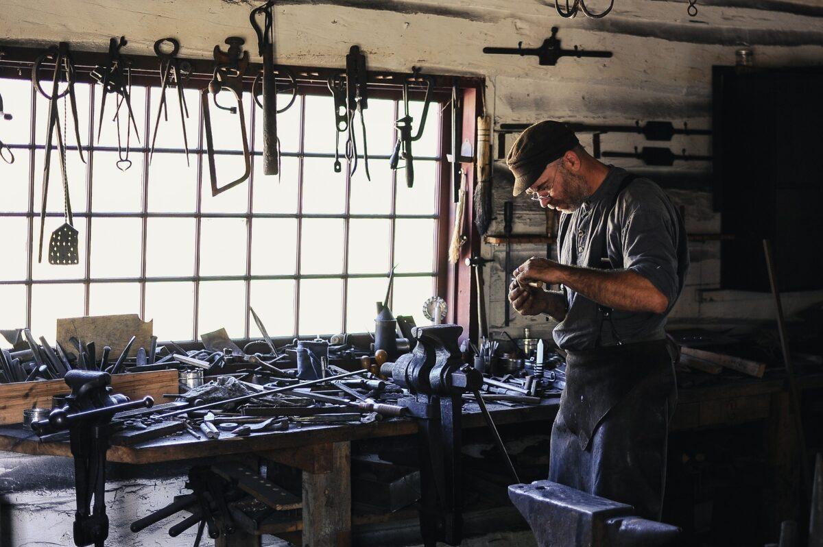 Mann in einer Werkstatt