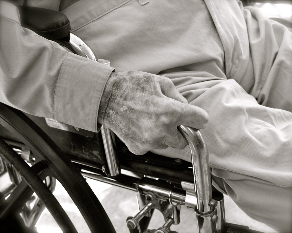 Der Pflegerollstuhl erleichtert das Leben