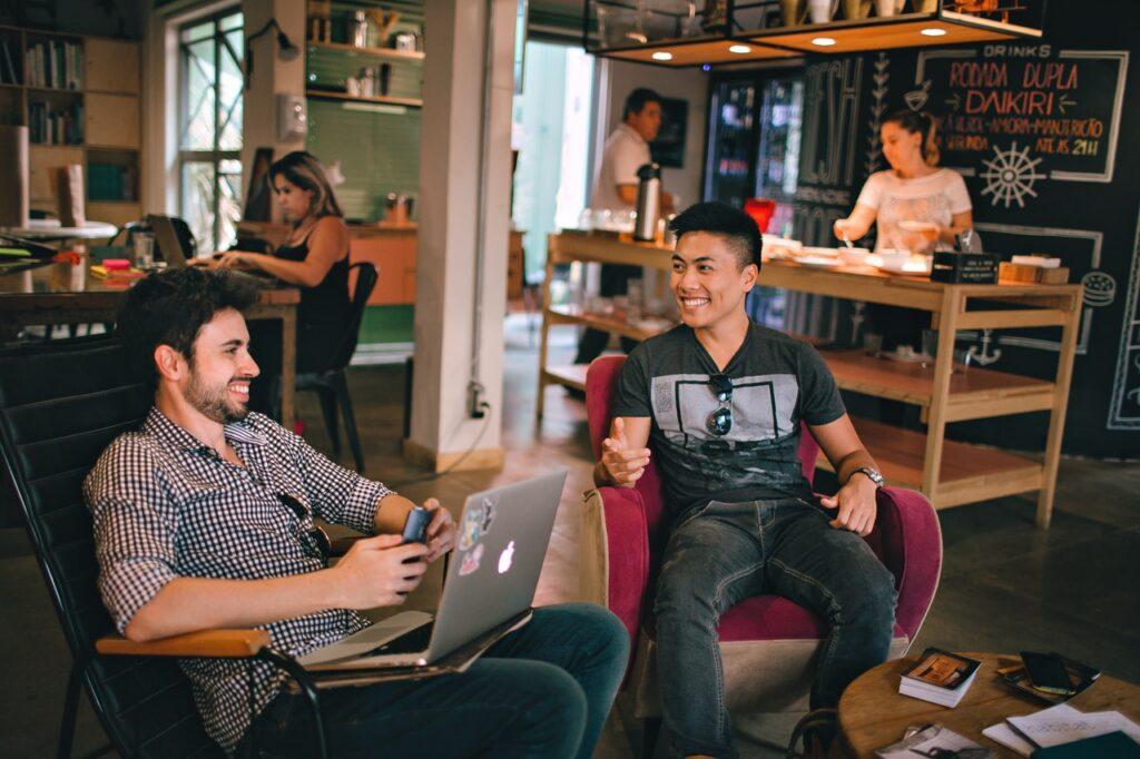 Zwei lachende Männer
