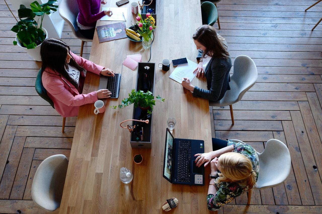 Frauen beim arbeiten