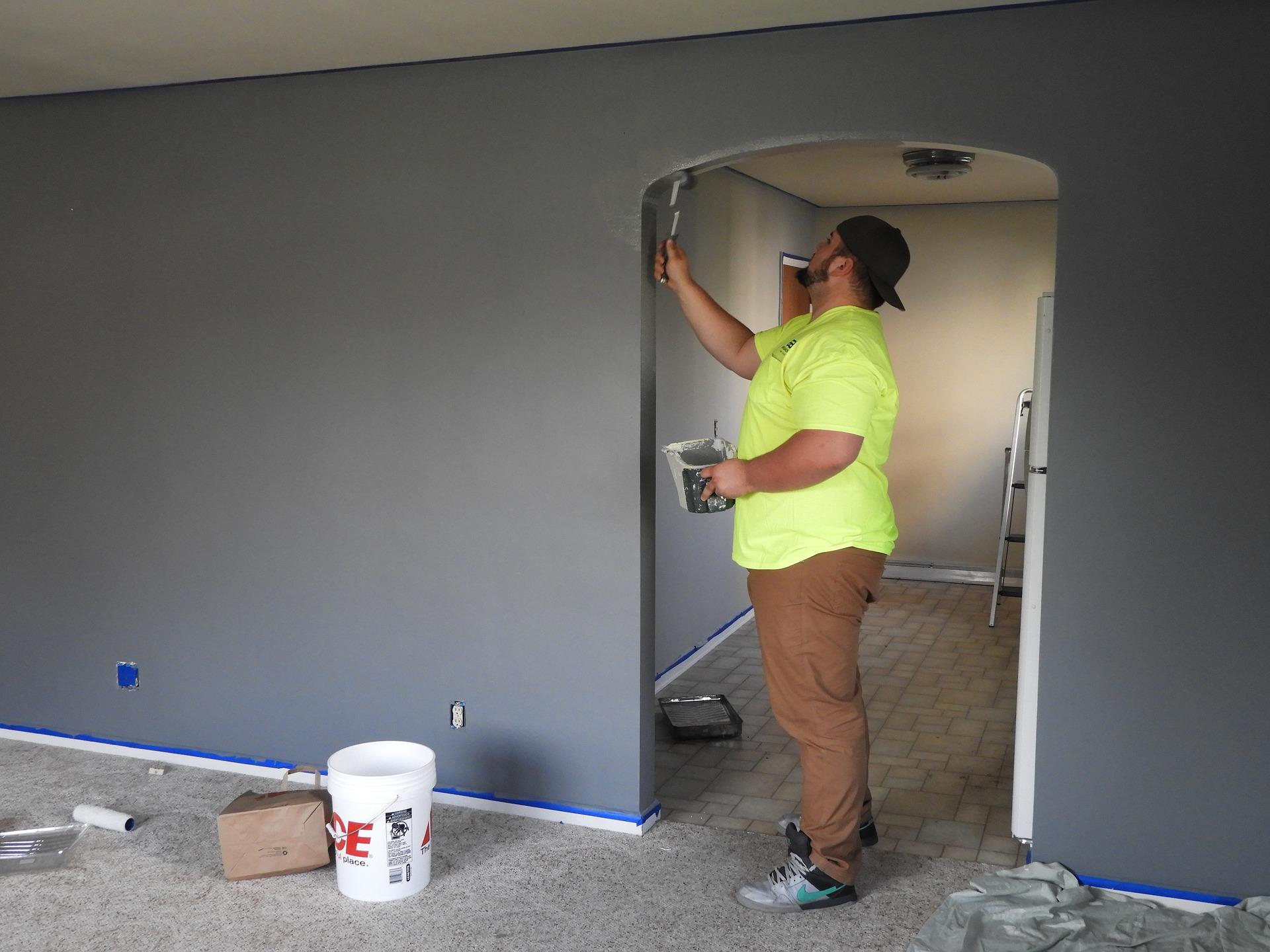 Mann streicht Wände